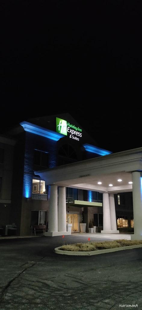 夜のホテル正面入口の様子