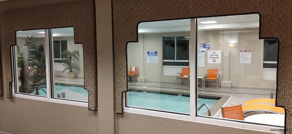 ホテルの室内プール、廊下側からの様子
