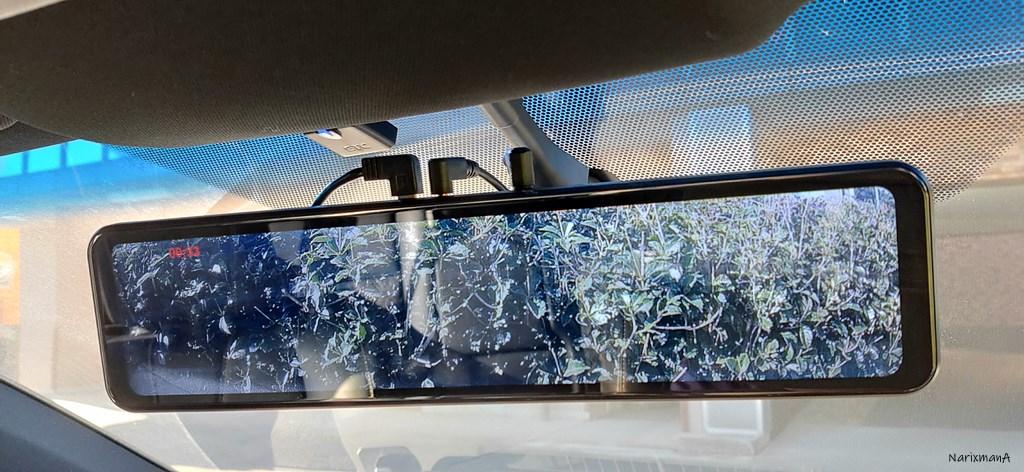 運転席から見たルームミラー型ドラレコの取付状態