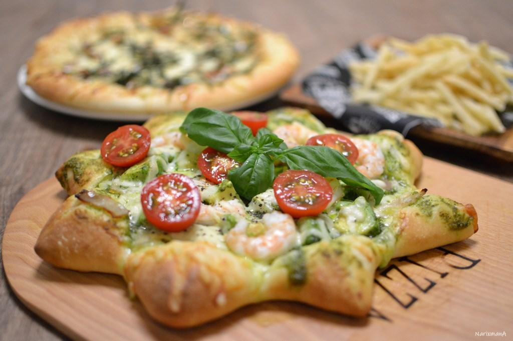 エビとアボカドの星形バジルソースピザ
