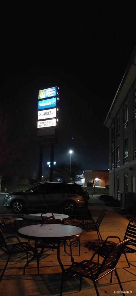 ホテル背面側にある駐車場とテラス席